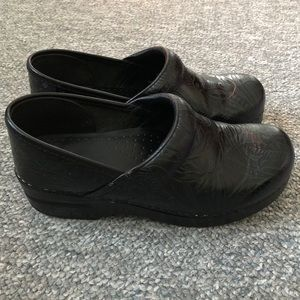 Dansko embossed leather mules clogs shoes 38 8